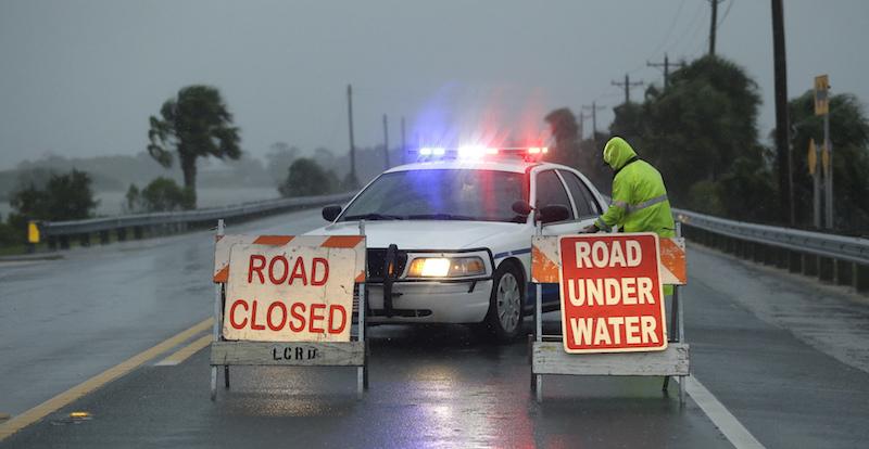 La polizia blocca il traffico su una strada allagata a Cedar Keyu (AP Photo/John Raoux)